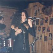 Paula Bas cantando