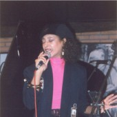 Doris Cales cantando