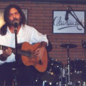 Santiago Feliú tocando a guitarra