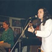 Gema cantando e Pavel tocando a guitarra
