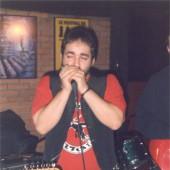 Goñi tocando a armónica