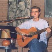 Juan Solo cantando e tocando a guitarra