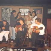 El kiki cantando e os seus músicos tocando no escenario