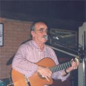 Labordeta cantando e tocando a guitarra