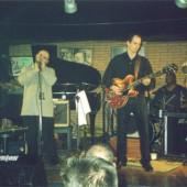 Matthew Skoller Band tocando no escenario