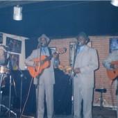 Típico Oriental cantando e tocando