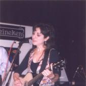 Hinojosa cantando e tocando a guitarra