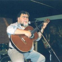 Rafael Amor tocando a guitarra no escenario do Clavi