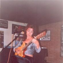 Ángela Muro tocando la guitarra