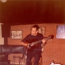 David Broza tocando la guitarra