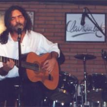 Santiago Feliú tocando la guitarra