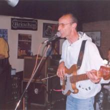 Graham Foster Group tocando no escenario