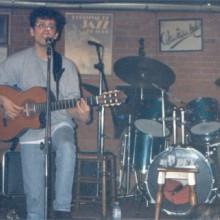 Pedro cantando y tocando la guitarra