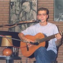 Juan Solo cantando y tocando la guitarra