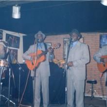 Típico Oriental tocando y cantando