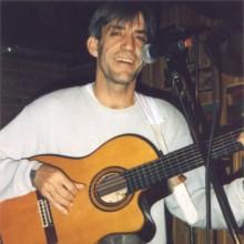 Pastor cantando e tocando a guitarra