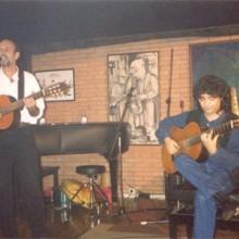 Ruibal cantando e tocando a guitarra