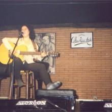 Inma Serrano cantando e tocando a guitarra