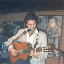 Sorderita cantando y tocando la guitarra