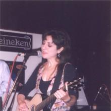 Hinojosa cantando y tocando la guitarra
